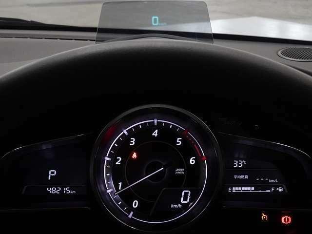 フロントガラス車速やナビゲーションのルート誘導など走行時に必要な情報をフロントガラスに表示。情報はドライバーの約1.5m前方に焦点を結んで見える為、道路と情報表示との視線移動を最小限に出来ます。