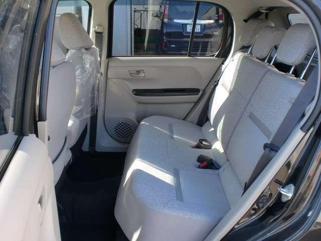 前後のシートの間隔が広いので後席に座ってもゆったりと過ごすことができます。ご来店の際には是非試乗してみてください!