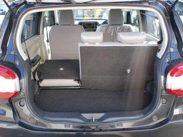 6:4の分割式リヤシートは乗車人数に合わせたアレンジができるので便利です!