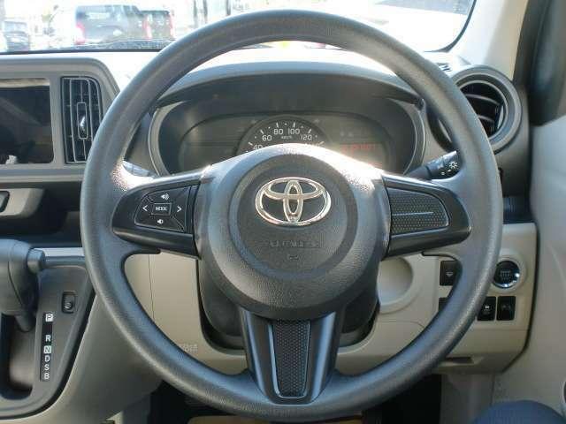 ステアリングに付いているボタンでナビの音量や選局などが出来るのでわき見運転防止になります!