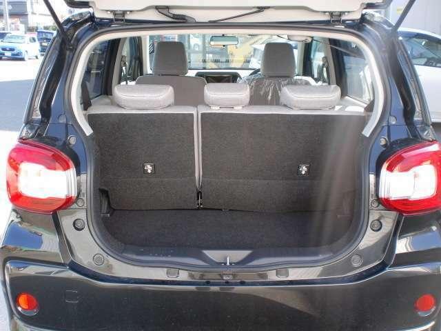 コンパクトながらも十分な収納スペースがありますが、リアシートを倒すとさらに大きな荷物も積むことが出来ます。
