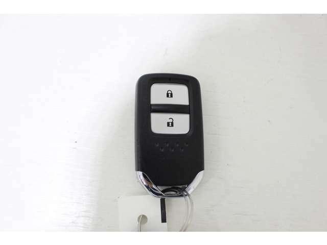 ドアの開け閉めやエンジン始動のわずらわしさも解消スマートキータイプです。