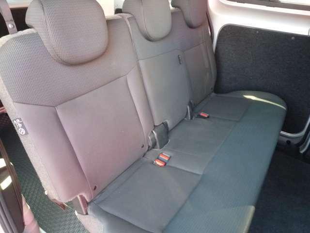 セカンドシートはスライドできませんが足元の広さを確保しておりますので十分乗る事ができます。