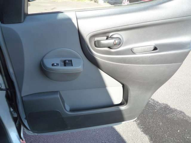 運転席ドア内側は乗り降り頻度が多いため多少のキズ等がつきやすくなっておりますがキレイな状態です