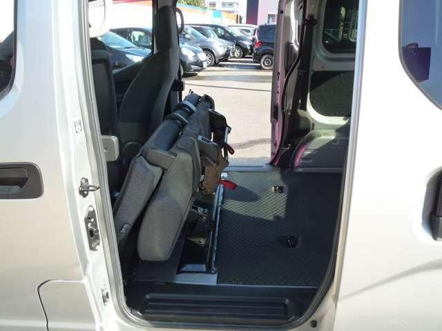 より多くの荷物を載せる際にはセカンドシートを跳ね上げる事ができます。
