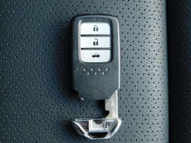 キーを携帯していれば、手軽な操作でドア/トランクの施錠・解錠が可能。