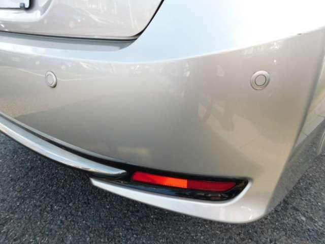 リアセンサーが障害物に接近するとブザーで警告音でお知らせします。車庫入れ・縦列駐車に便利です。