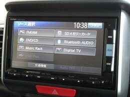 ナビゲーションはホンダ純正メモリーナビ(VXM-152VFi)が装着されております。AM、FM、CD、DVD再生、音楽録音再生、フルセグTV、Bluetoothがご使用いただけます。初めて訪れた場所でも道に迷わず安心ですね!