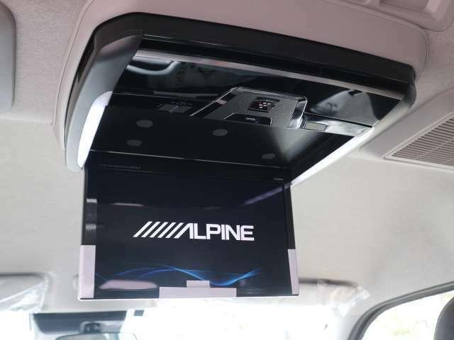 ALPINEフリップダウンモニターを装備。
