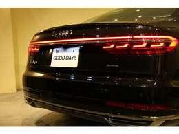 リヤエンドは左右のリヤテールをつないで一体化し、LEDダイナミックターンインディケーターが、後続車の視認性を高められてます。