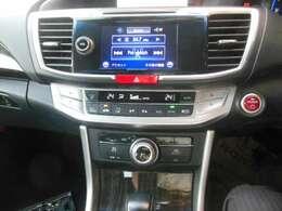 運転席と助手製で楽々温度設定出来る、オートエアコンを装備しています。