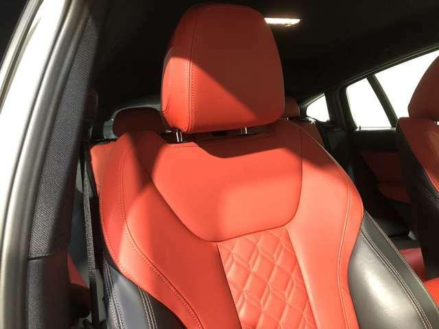 レザーシート (フロントシートヒーティング)スポーツシート(運転席・助手席)サイドサポート付シートバックによって乗員をしっかりホールドします。サイサポートも装備