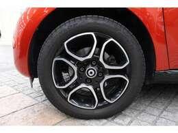 タイヤサイズは、フロント165/65R15、リヤ185/60R15です。