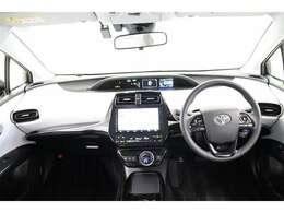 センターメーターで視線移動が少なく、直感的に操作しやすい運転席です。ステアリングは本革で安全機能やオーディオの切り替えができるスイッチ付。走行中に視線を逸らさず出来る手元操作は安全運転につながります。