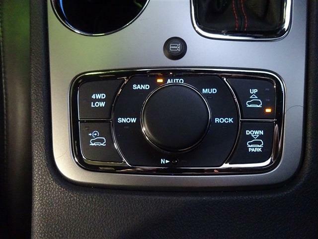 4WDの切り替え、エアサスの高さ調整などはこのスイッチで行います