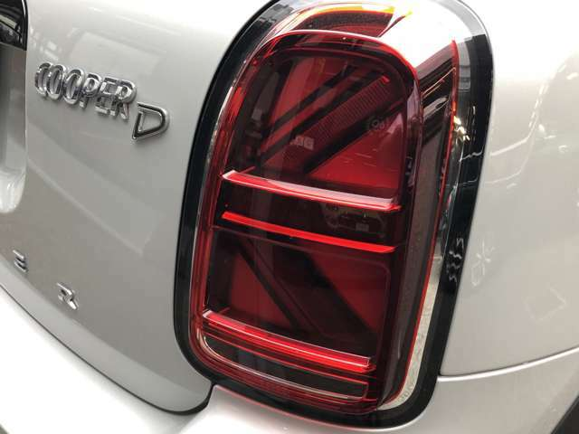人気のユニオンジャックテールライトを装備♪スモールランプ点灯時にユニオンジャックが姿を明るく表します!スモール・ブレーキ・ウィンカーランプがLEDを採用しています。