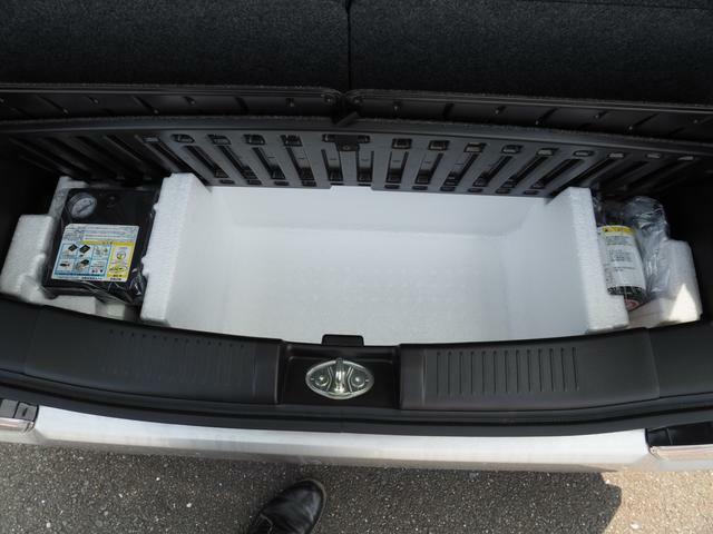 ジャッキはもちろん、パンク時のタイヤ修理セット・・・そしてエアコンプレッサーまでついています!!コンプレッサーの電源は車のシガライターから取ります。このコンプレッサー浮き輪の空気入れにも・・・