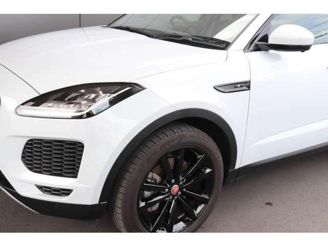 ブラックエクステリアパックとグロスブラックのホイール、パールホワイトの外装のコントラストが映える車両です。