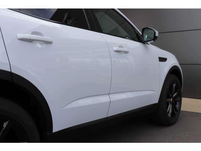 F-TYPEと同じくサイドに入ったラインが重心を低く見せ、SUVのスポーツの部分を強調しています。