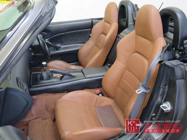 助手席のコンディションも良好です。純正レザーシート装着ですが、運転席・助手席ともに座面部分が張替られております。禁煙車ですので室内のニオイは特にございません。