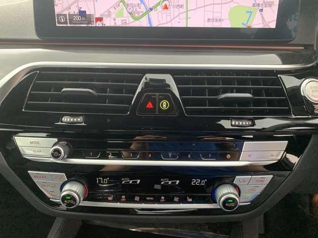 左右独立式のエアコンは約3度運転席側に傾いており、ドライバーの目線の移動も少なく横目で見えるように配置されております。スイッチ類も片手で届く位置に配置しており、ドライバーの負担を軽減できます。
