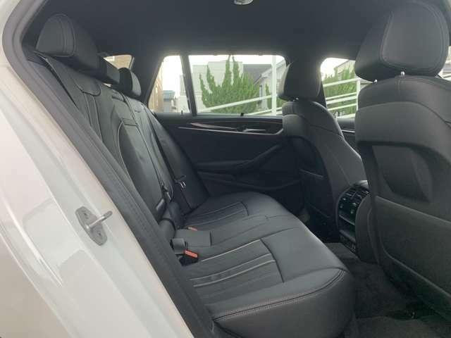 後部シートも座面が大大きく設計されております。ドイツ本国では長距離移動の際に疲れにくい設計で作られております。長距離移動には最適なシートでございます。