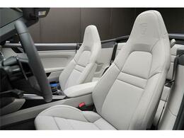 専用本革シート。パワーシートですのでドライバーにピッタリのシートポジションで運転する事が可能です。メモリー機能もございますので、ドライバーが変わる社用車などにも便利です。