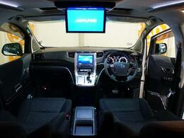 後席もテレビやDVD視聴できる「フリップダウンモニター」長距離ドライブを皆と楽しめるポイントの一つです。