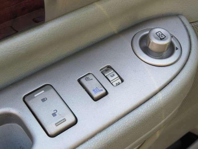 運転席と助手席にはシートヒーターおよびシートエアコンが装備されています!これで1年十快適に過ごせますよ!