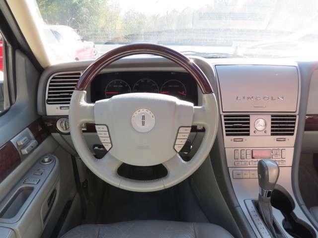 運転席からはこのように映ります。センターパネルの「リンカーン」と表記されている蓋の裏にナビがあります!