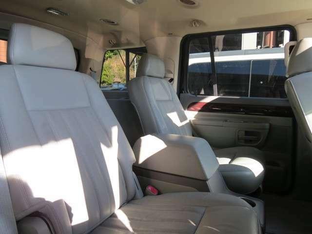 2列目のシートはベンチシート状ではなく、2人乗りとなります!こちらのお車はダブルエアコンといって、1列目のシートと2列目以降のシートで別々の温度・風量に設定することができます!