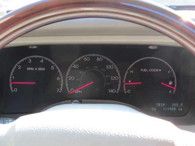 走行距離は11.2万km程です!スピードメーターはマイル/hで表記されていますが、写真を見て頂くとマイル/h表記の内側にしっかりとkm/h表記もありますのでご安心ください!