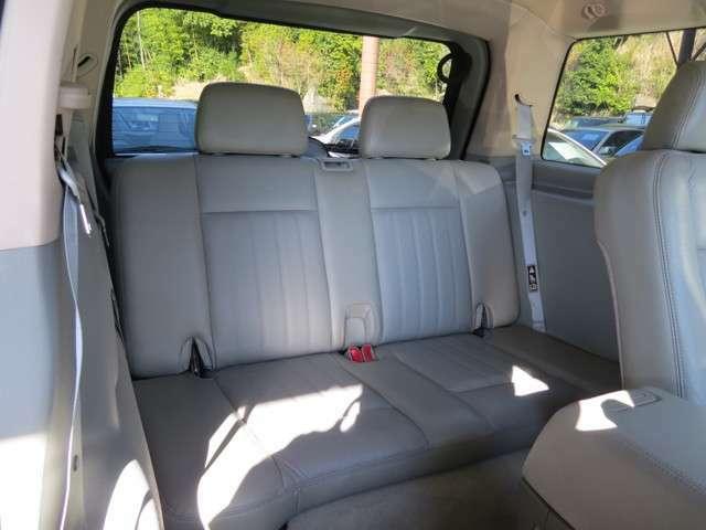 3列目のシートは決して狭くなく、大人が二人乗っても問題ありません!もちろんシートを倒してトランクのスペースを広げることもできます!