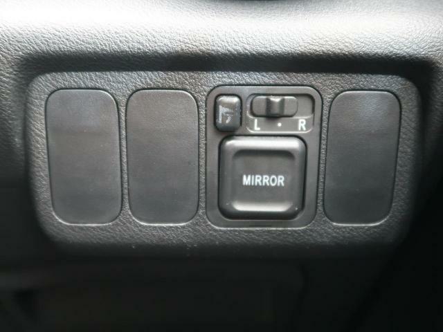 【電動格納式ミラー】ドライバーの目線に合わせて、ミラーの上下左右調整が簡単に操作できます♪