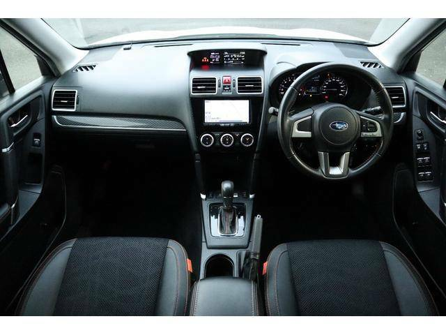 視界良好で運転しやすいコクピット&シンプルで操作性の良いインパネ周り