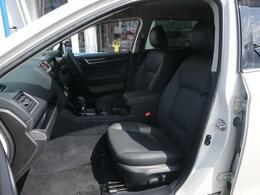 内装は黒革シートになっています♪高級感もあり、座り心地もいいシートです♪長距離運転でも安心ですね♪