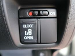 【片側電動スライドドア】小さなお子様でもボタン一つで楽々乗り降り出来ます♪駐車場で両手に荷物を抱えている時でもボタンを押せば自動で開いてくれますので、ご家族でのお買い物にもとっても便利な人気装備☆