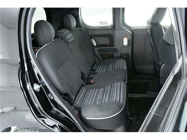 セカンドシートはゆったり使えるベンチシート。チャイルドシートを乗せるご家庭でも安心の余裕たっぷりのシートです。