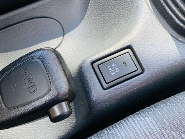 ぬかるみにハマった時など、スタックから脱出する際に威力を発揮するデフロック付きパートタイム4WD車です!