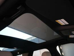 【パノラミックルーフ】車内に気持ちいい自然光が差し込み、頭上に広がる風景をお楽しみいただけます。快適な車内温度を維持し日差しから乗員とインテリアを守るダークカラーのガラス。電動ブラインド付き!