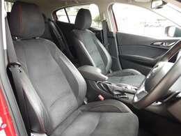ハーフレザーシートを装備しており高級感のあるインテリアですっ! 運転席パワーシートも装備しており乗車される方にピッタリのシートポジションをらくらく設定していただけますっ!