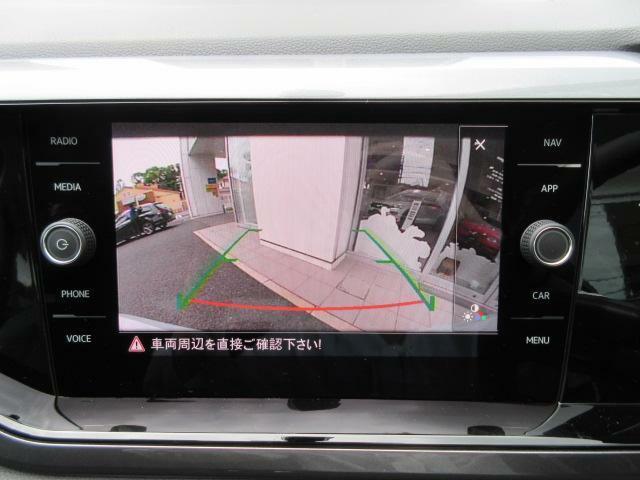 ギアをRに入れると車両後方の様子が映し出されます。