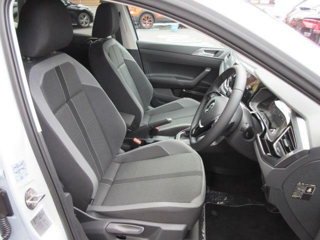 硬めに感じられるシートは、ロングドライブでも疲れが少なく、身体をしっかり支えます。