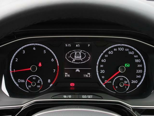 メーター内のディスプレイには、時刻、平均速度、平均瞬間燃費、走行可能距離など、ドライビングに役立つ情報が表示されます。