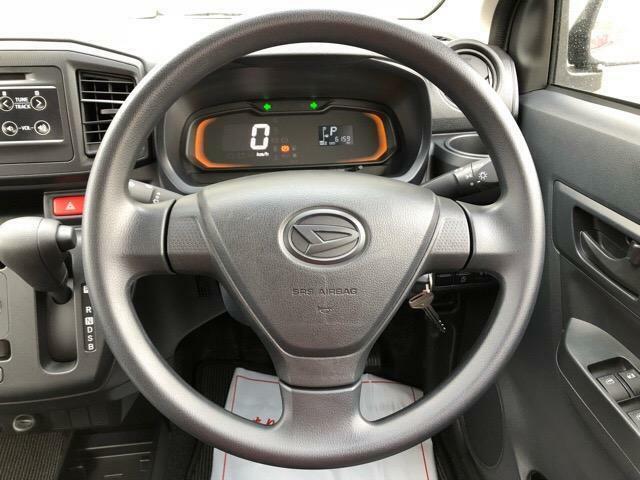 毎日触れるハンドル部分もキレイに保たれています♪もちろん安全を守るエアバックも装備しているので、安心です!