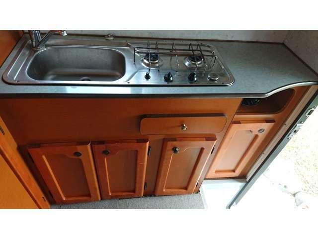 キッチンはコンロが2つで、下にも収納があります。