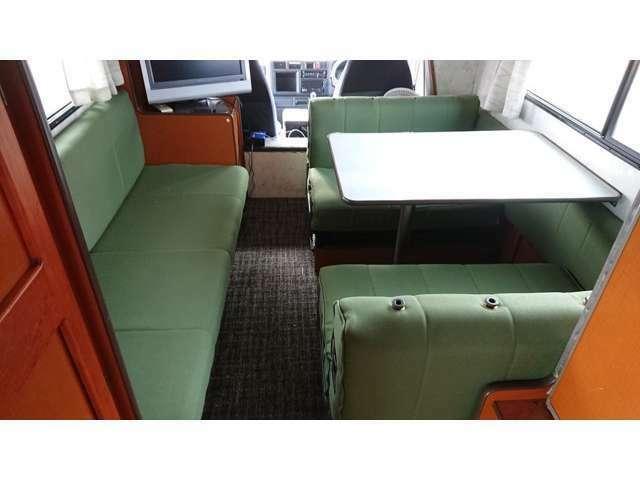 ベンチシートと、対面式テーブルがあるのでお好きなほうでくつろげます。
