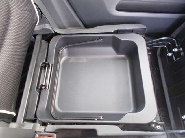 助手席シート下には小物入れ物ございますので使い勝手よし!