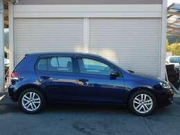 透明感のある紺色シャドーブルーです。艶も充分ありキレイなお車です。