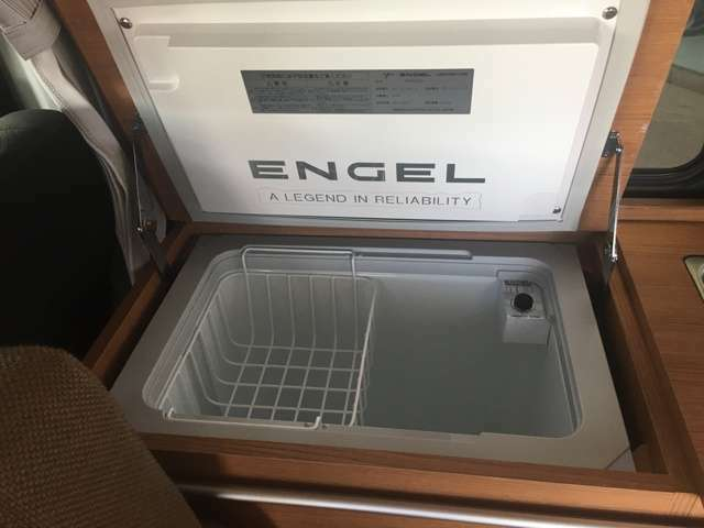 冷蔵庫は2Lのペットボトルも入る深い設計です。